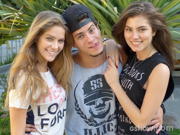 Bruna posa com a 'irmã' Isabella e o 'rolo' Arthur Aguiar (Foto: Malhação / TV Globo)