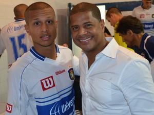 Lucas Sursin e o pai Marcelinho Carioca (Foto: Danilo Sardinha/Globoesporte.com)