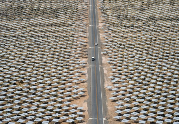 Planta de energia solar na Califórnia, operada por três empresas: NRG Energy, Google e BrightSource Energy (Foto: Ethan Miller/Getty Images)
