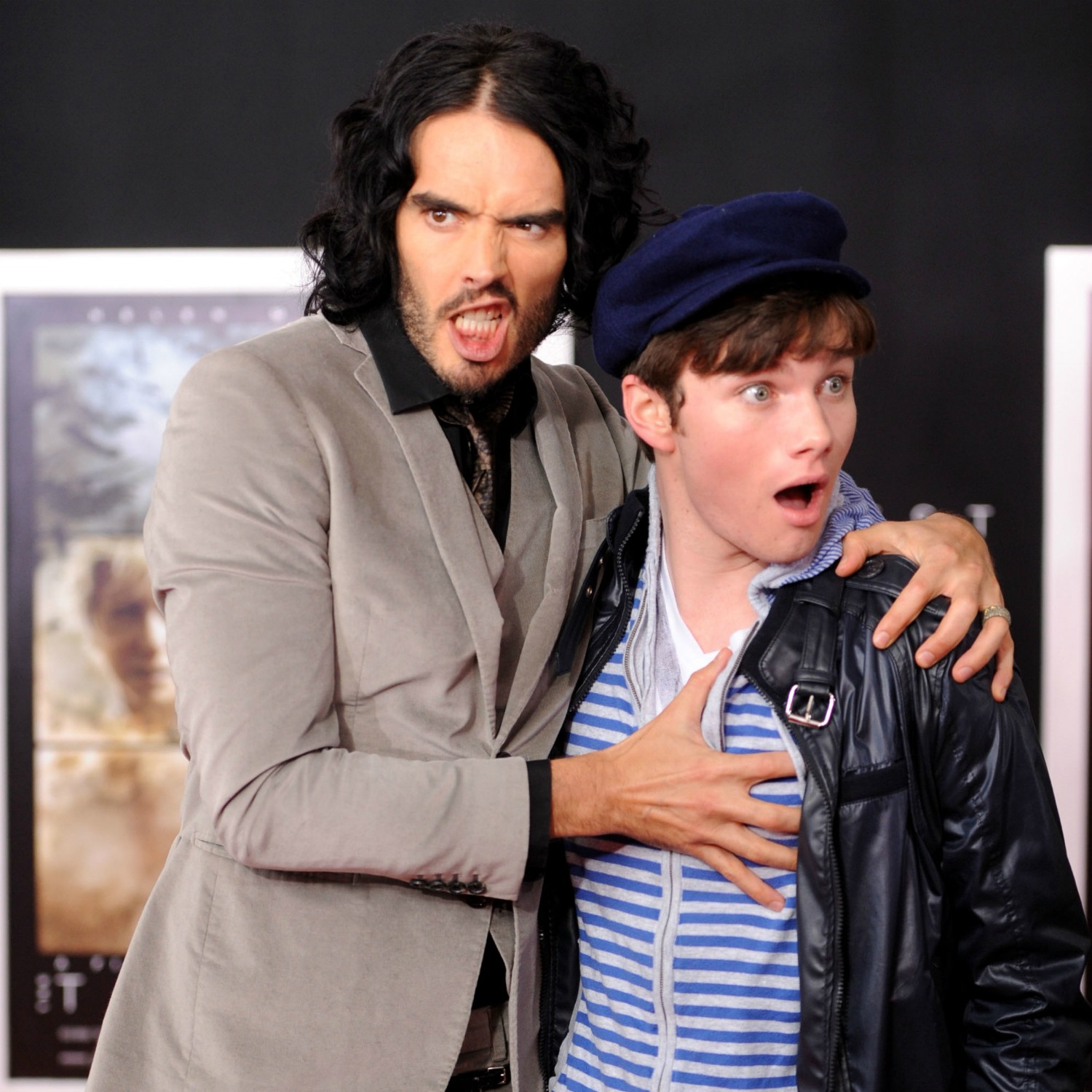 O comediante Russell Brand (à esq.) e o ator de 'Glee' Chris Colfer no lançamento do filme 'A Tempestade' (2010) em Los Angeles. (Foto: Getty Images)
