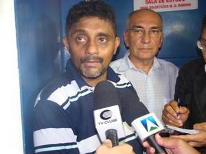 Joatan Gonçalves e diretor da escola falam sobre o caso  (Foto: Gilcilene Araújo)