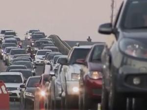 Trânsito na Estrada do Coco (Foto: Reprodução/TV Bahia)