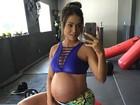 Aryane Steinkopf realiza exercício  para grávidas que desejam parto normal