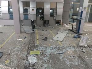 Estrago causado pelo uso de explosivos. (Foto: Divulgação/Polícia Militar)