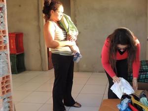 Mulher recebeu doações de moradores da cidade (Foto: João Carlos Pawlick/Defesa Civil)