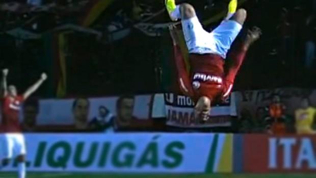 Maurides tenta mortal e se machuca contra o América-MG (Foto: Reprodução / SporTV)