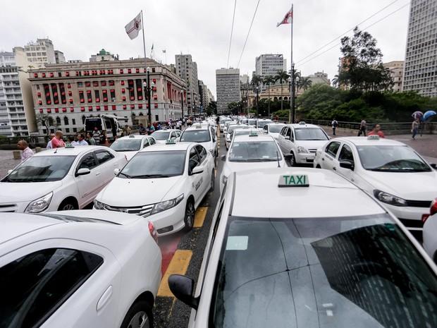 Taxistas protestam em frente à prefeitura, no centro de São Paulo, contra proposta que regula o transporte feito pelo aplicativo Uber (Foto: Newton Menezes/Futura Press/Estadão Conteúdo)