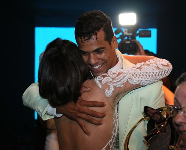 Marcello abraça Carol Castro (Foto: Carol Caminha/Ghow)