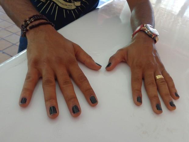 Aldiran Santana já gostava de pintar as unhas de preto nos tempos de escola (Foto: Marina Fontenele/G1)