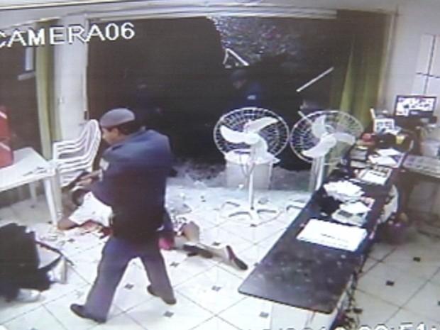 Um dos ladrões morreu no local ao ser atingido por dois disparos (Foto: Reprodução/TV TEM)