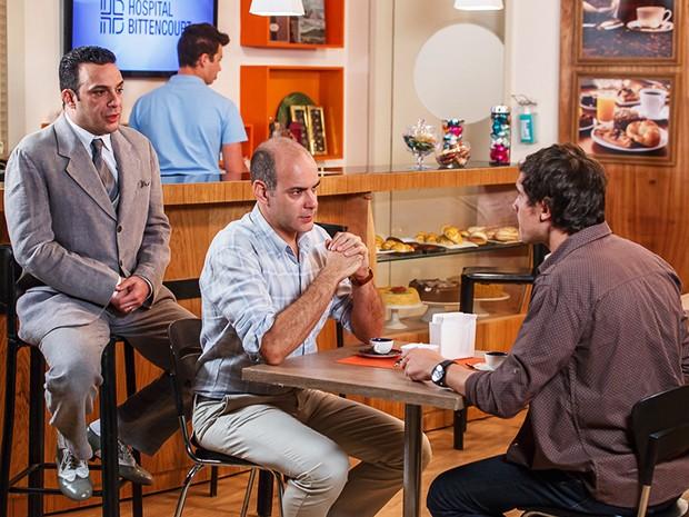 Caíque conversa com Fernando quando Castilho aparece (Foto: Artur Meninea/Gshow)