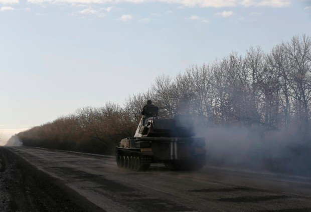 Militar ucraniano próximo a Artemivsk nesta quinta-feira (19). (Foto: Reuters)