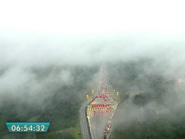Neblina na altura do pedágio do Sistema Anchieta/Imigrantes (Foto: Reprodução/TV Globo)