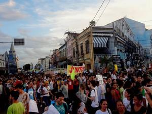 Em Belém, manifestantes passaram pela Pedra do Peixe, no Ver-o-Peso, em direção à prefeitura (Foto: Ingrid Bico/G1)