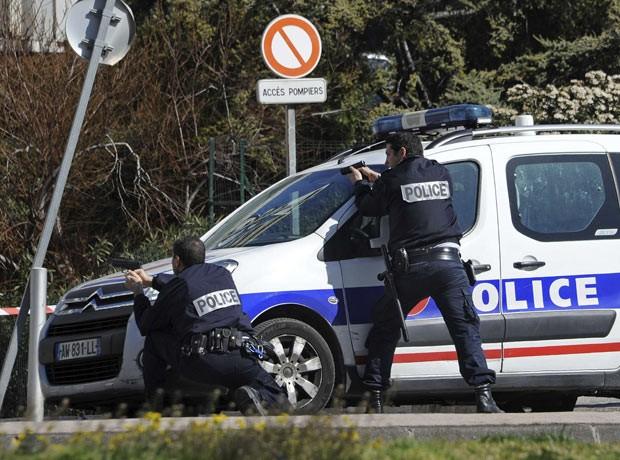 Policiais cercam local do tiroteio nesta terça-feira (19) em Marselha, na França (Foto: AFP)