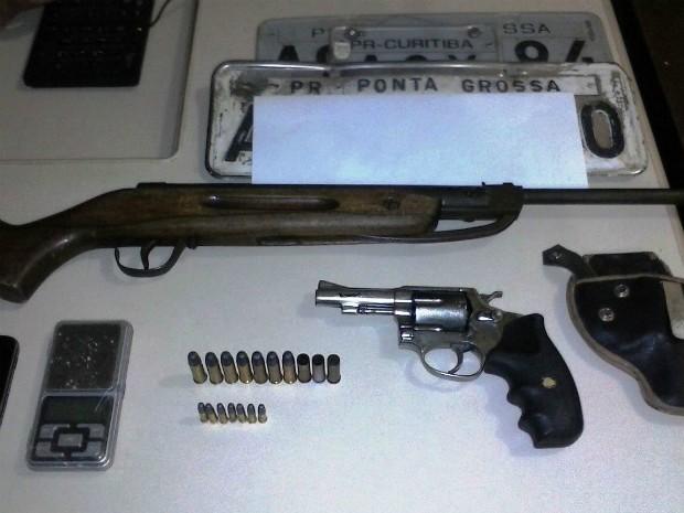 Com os suspeitos mortos, a polícia apreendeu armas, munição, telefones celulares e um carro roubado em Rebouças (Foto: PM / Divulgação)