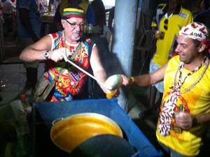 """O """"sopão"""" é servido a todos que participam do Bloco do Panelão. (Foto: Diego Souza/G1)"""
