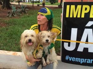 Maria José Pinheiro, de 49 anos, afirma que vai participar do protesto em Campo Grande com as duas cachorras, Cindy e Melissa (Foto: G1)