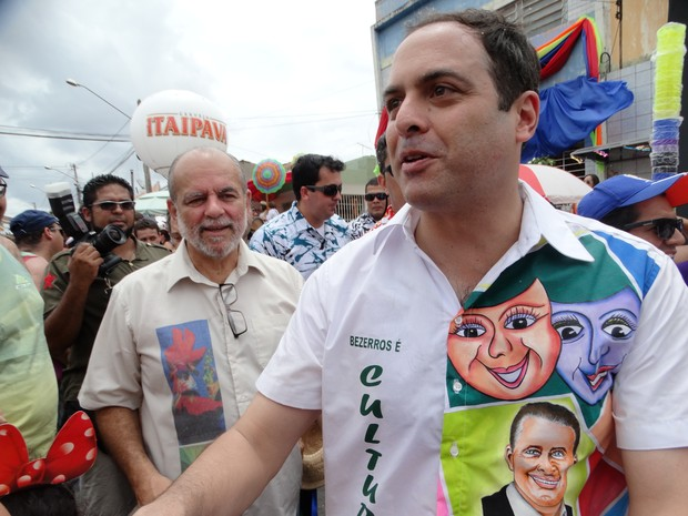 Governador Paulo Câmara acompanha a Folia dos Papangus, em Bezerros, Pernambuco (Foto: Alessandra Costa/ G1)