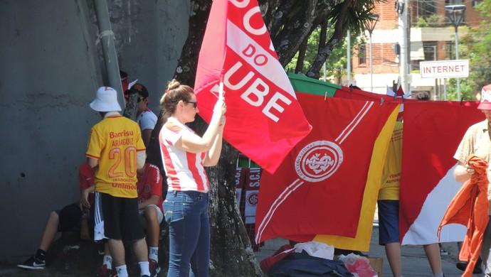 Militantes realizam campanha para Marcelo Medeiros antes do jogo do Inter (Foto: Tomás Hammes / GloboEsporte.com)