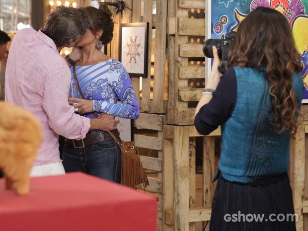 Cadu beija Clara e deixa Marina com ciúmes  (Foto: Pedro Curi / TV Globo)