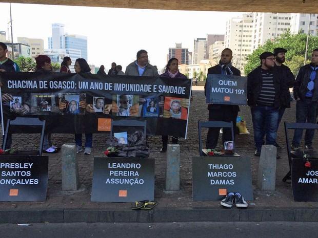Familiares das vítimas da Chacina de Osasco, realizam ato silencioso no vão livre do Masp, na Avenida Paulista, em São Paul (Foto: Vivian Reis/G1)