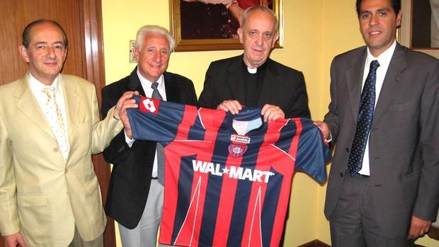 Papa Francisco I com a camisa do San Lorenzo (Foto: Reprodução)