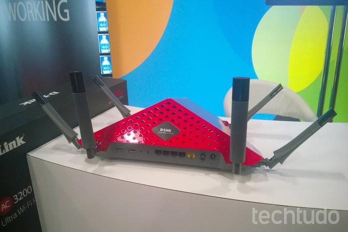 As seis antenas ao redor do AC3200 podem ser colocadas em diferentes orientações (Foto: Elson de Souza/TechTudo)