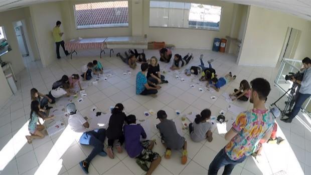 Oficina social de pintura de camisetas estimula a criatividade com crianças de 6 a 14 anos (Foto: Reprodução/RPC)