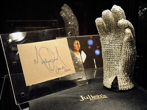 Luva cravejada de cristais que Michael Jackson usou em turnê foi leiloada nos EUA. (Foto: Robyn Beck/AFP)