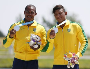 Erlon De Souza e Isaquias Queiroz exibem as medalhas (Foto: Jeff Swinger-USA TODAY Sports)