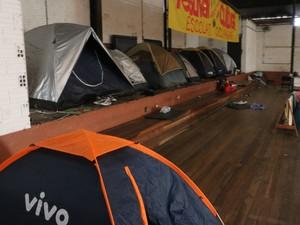 No Colégio Protásio Alves alunos dormem em barracas no ginásio (Foto: Hygino Vasconcellos/G1)