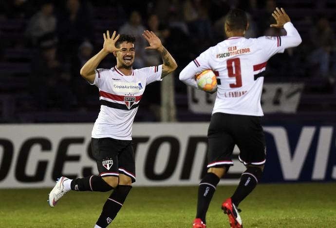Alexandre Pato Luis Fabiano Danubio x São Paulo (Foto: AP)