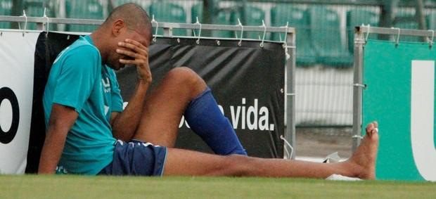 Zagueiro Souza chora por lesão grave em jogo treino entre Figueirense e Novo Hamburgo (Foto: Luiz Henrique / Figueirense FC)