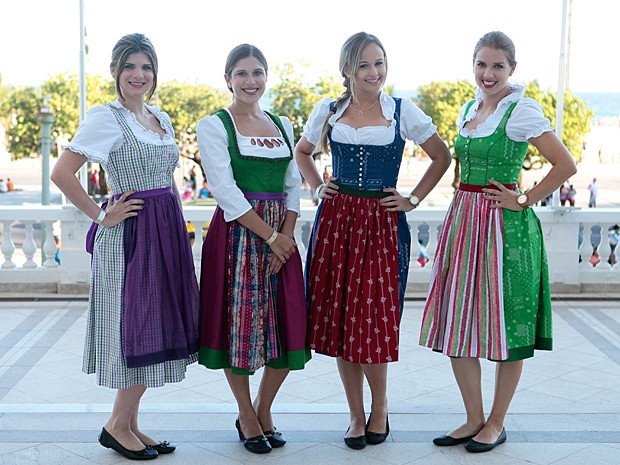 Os convidados são recepcionados por personagens austríacas para entrar no clima (Foto: Pedro Curi / TV Globo)