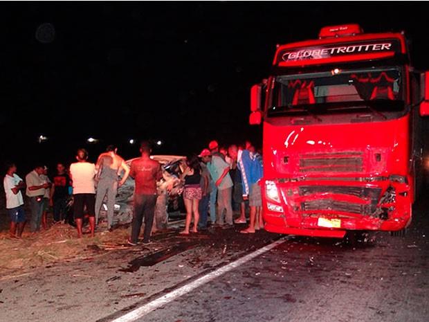 Motorista da carreta saiu ileso do acidente. (Foto: Sigi Vilares/ Blog do Sigi Vilares)
