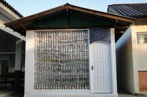 Sala de aula é feita com garrafas pet em Itajaí (Foto: Divulgação/Univali)