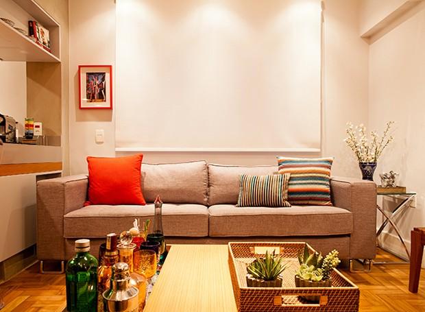A sala ganhou detalhes coloridos em móveis de cores neutras. O ambiente é confortável, aconchegante e espaçoso para receber os amigos (Foto: André Santana/Divulgação)