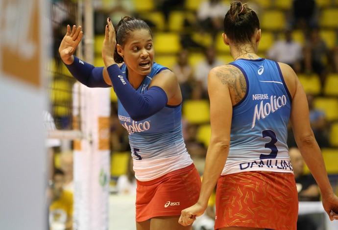 Adenízia foi eleita a melhor em quadra. Ela foi a maior pontuadora do jogo (Foto: Luiz Pires/Fotojump)