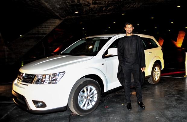 Vitorino Campos na chegada ao evento em frente ao novo modelo do utilitário-esportivo Fiat Freemont (Foto: Marcia Tavares/Ed. Globo)