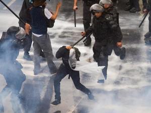 Manifestação de professores da rede pública termina em confronto com policiais do batalhão de choque em frente à prefeitura da cidade do Rio de Janeiro (Foto: Alexandro Auler/Parceiro/Agência O Globo)