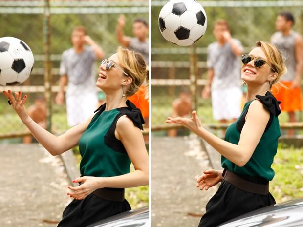 Atriz faz graça com a bola (Foto: Guerra dos Sexos / TV Globo)
