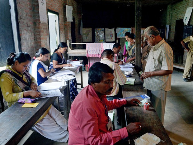 Indianos começaram a votar nesta segunda-feira (7)  (Foto: Dibyangshu Silva/ AFP)