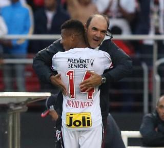 David Neres abraça Ricardo Gomes, do São Paulo (Foto:  Rubens Chiri/saopaulofc.net)