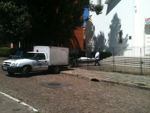 Corpo do homem é retirado do interior da igreja na Zona Sul de Porto Alegre (Foto: Dayanne Rodrigues/RBS TV)