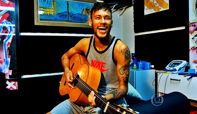 Neymar tocando violão (Foto: Reprodução TV Globo)