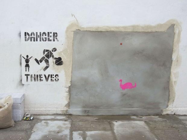 Muro em Londres onde ficava um mural do artista de rua Banksy; o trabalho desapareceu misteriosamente e depois foi misteriosamente anunciado por uma casa de leilões em Miami (Foto: Neil Hall/Reuters)