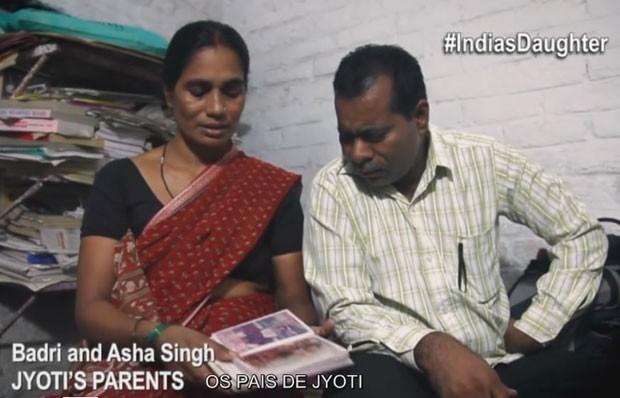 """Os pais de Jyoti Singh, a garota que morreu após o estupro coletivo na Índia, dão entrevista para o filme 'Filha da Índia"""" (Foto: Divulgação/Filha da Índia)"""