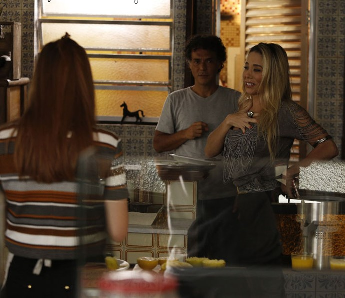 Suely já chega causando confusão no Flor do Lácio (Foto: Raphael Dias/TV Globo)