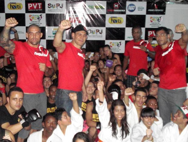 Minotouro, Minotauro e atletas da Team Nogueira em inauguração de projeto em Manguinhos (Foto: Adriano Albuquerque/SporTV.com)